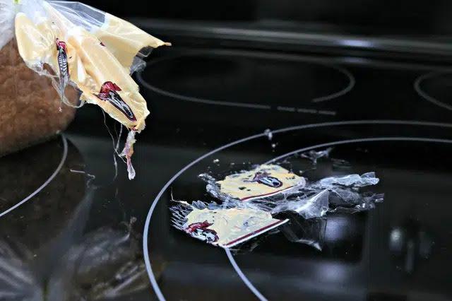 Mách bạn cách xử lý đồ nhựa khi bị nóng chảy trên bếp từ